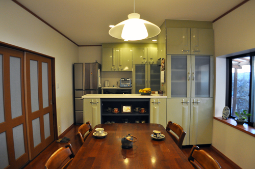 色合いにこだわったキッチンは自然の中にいるような空間を演出