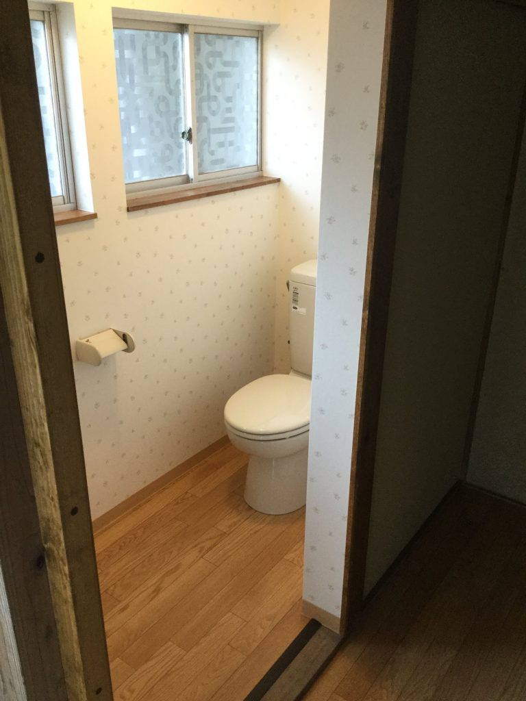 狭く暗かったトイレが明るくなりました
