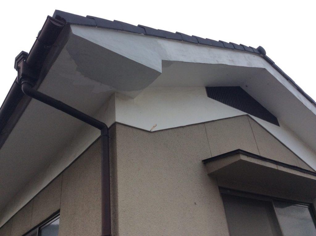 漆喰の部分補修も下地を入れて丈夫に。