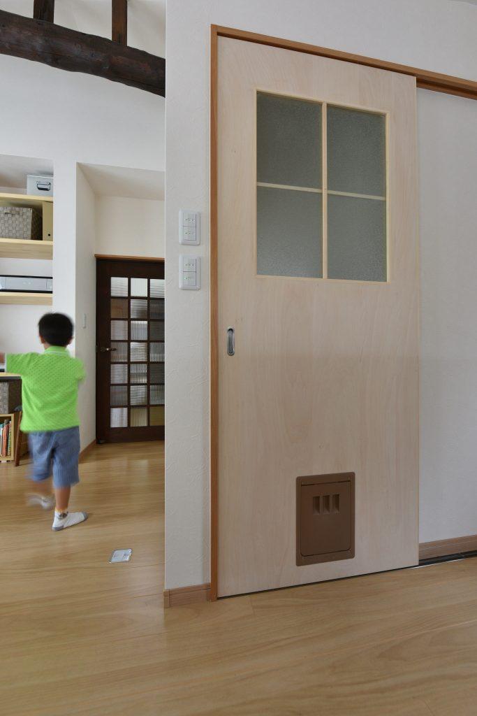 天井の梁やドアに我が家の記憶を残し、壁塗りは子供と共に