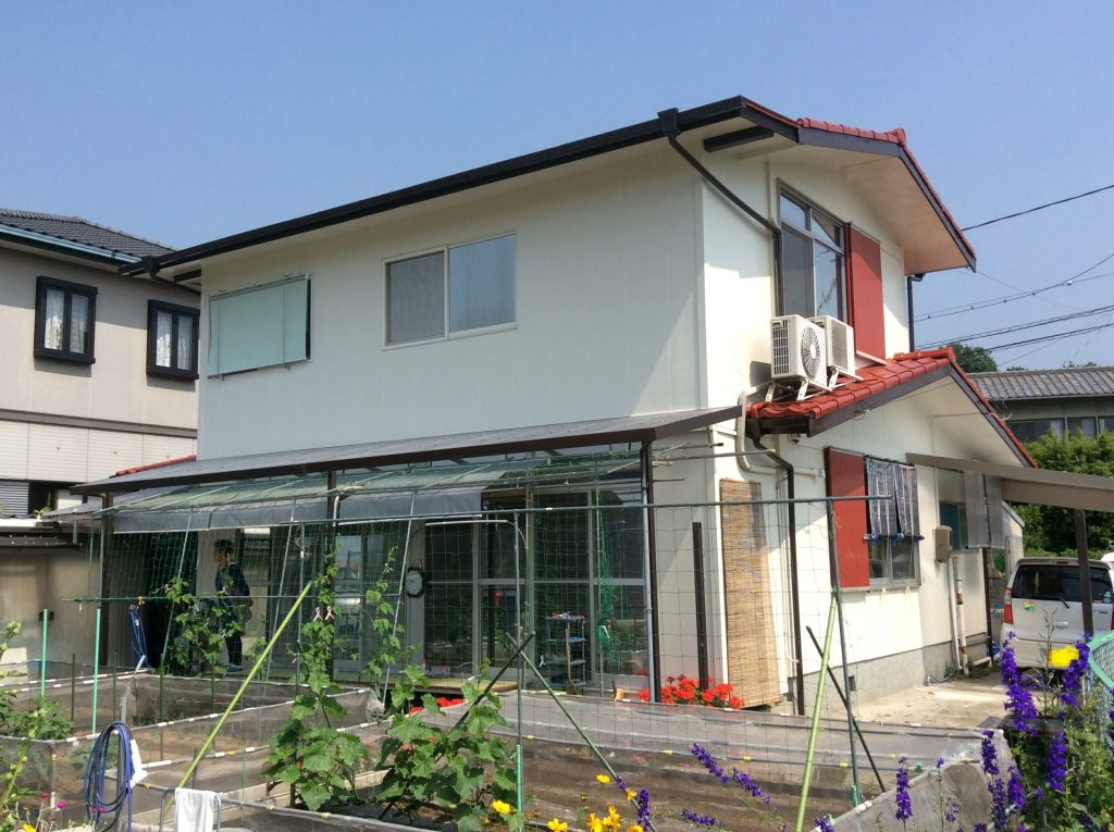 赤色の屋根についつい目がいくお家になりました。