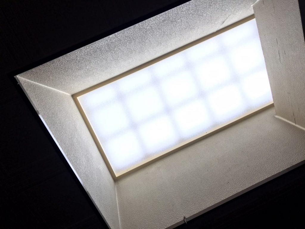 【天窓交換】天窓→ガラス瓦に交換し、柔らかな光が入ります。