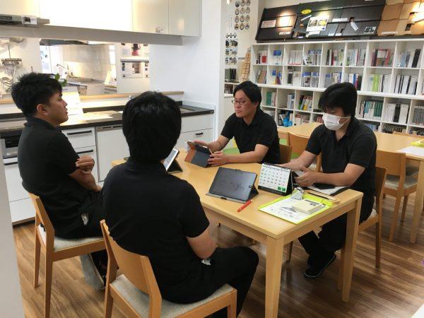 笠岡店でミーティング
