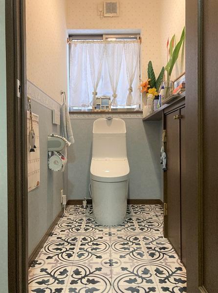 TOTOのタンク一体型トイレと伝統的なタイル柄のフロアを組み合わせて、高級感と機能性をプラス+