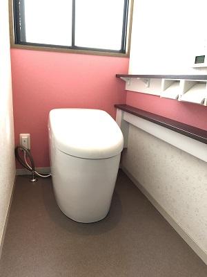 【トイレ工事】ピンクの壁紙がアクセントです