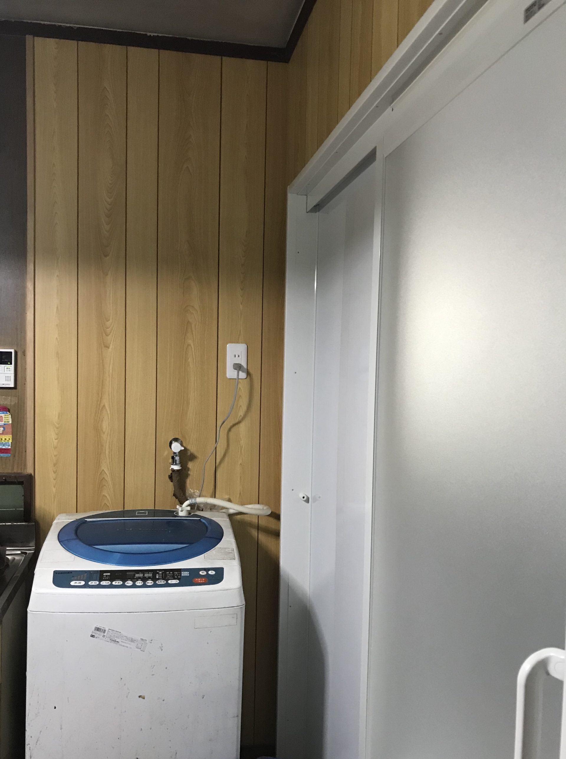 勝手口を塞いで洗濯機置き場に。