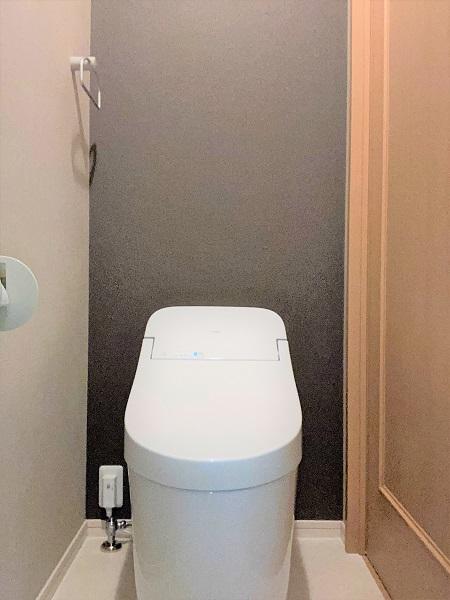 TOTOトイレ+メリハリのあるアクセントクロスでスタイリッシュなトイレ空間へ