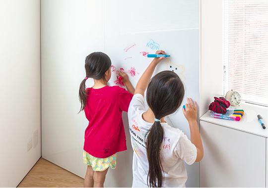 内装用軽量カラーガラスを壁面に取り入れて、子ども部屋をクリエイティブな空間にランクアップしましょう