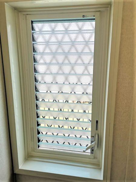 【浴室サッシ工事】折戸はピカピカ!窓は格子をつけることで安心!
